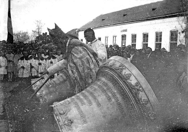 Harangszentelés, 1929. május 3., harangok a földön, háttérben az iskola.