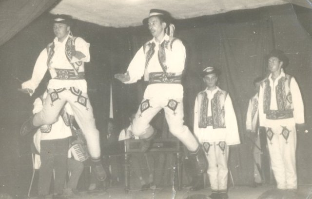 Tiba András népitáncosként a színpadon