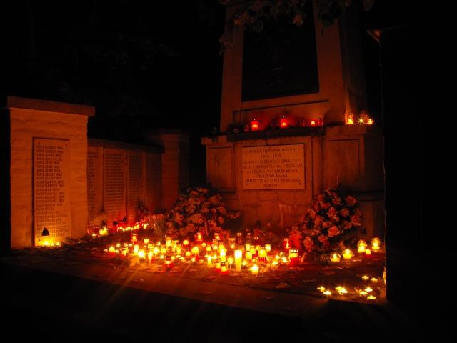 A világháborús emlékmű mécsesekkel, 2011. november 1.