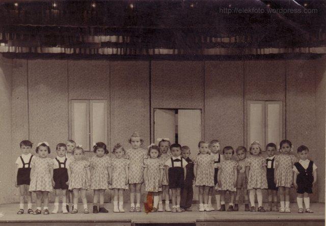Az 1954-es nagycsoportosok táncolnak a kultúrházban