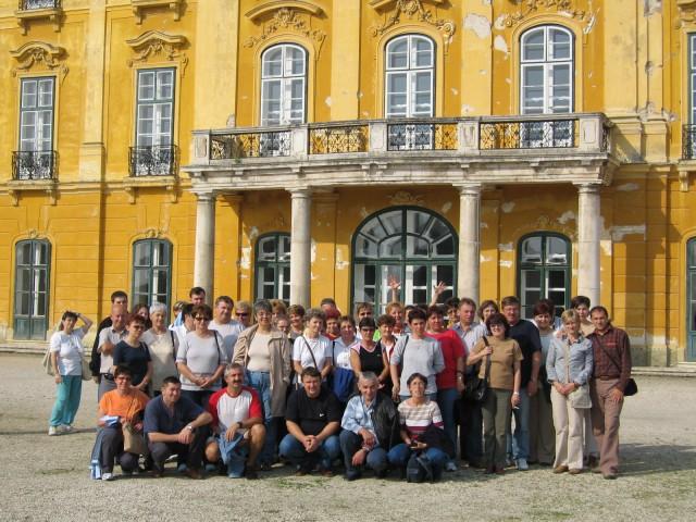 Tantestület, csoportkép a fertődi kastélynál, 2005.