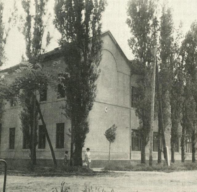 Az eleki egykori polgári fiúiskola épülete, már általános iskolaként, az 50-es években