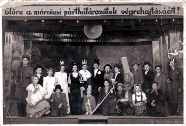 A gyerekek színielőadása 1955. május 21-én az eleki kultúrházban. Balról a második (kalapban) Szatmári József
