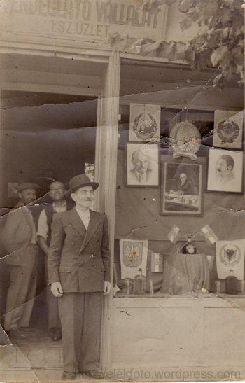 Bottó Péter eleki kocsmáros ünnepélyesen feldíszített üzlete előtt, 1952. május 1-én
