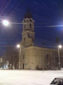 Az eleki római katolikus templom 2012. február 3-án este, havazásban