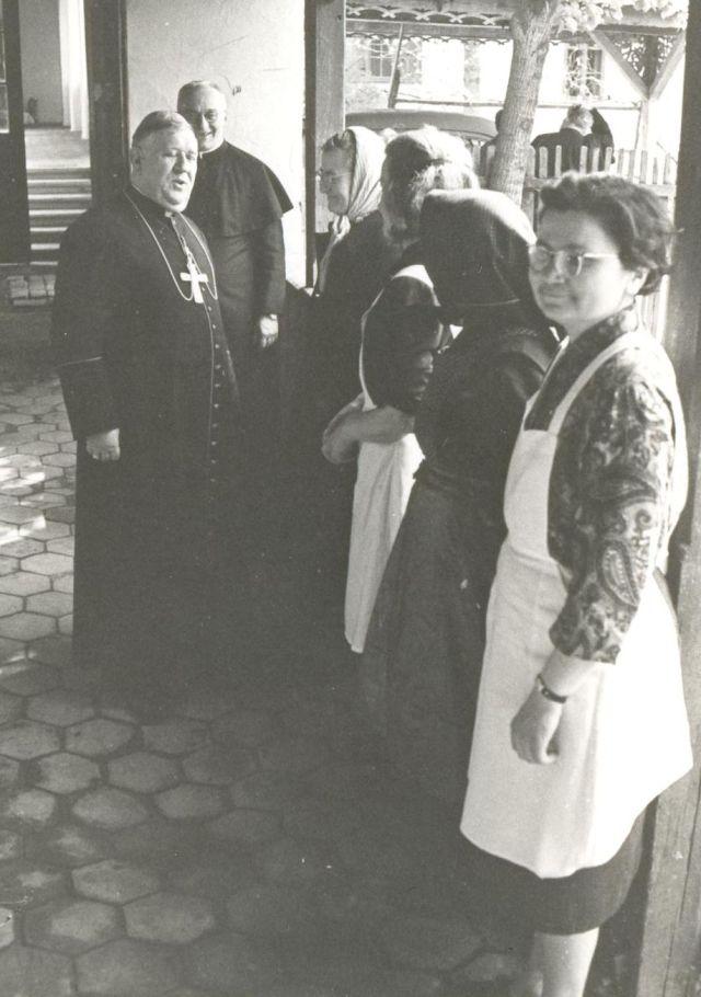 Ijjas József püspök látogatása az eleki plébánián, 1960-as évek.
