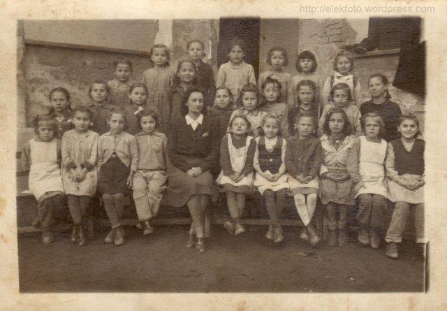 1948-as másodikosok a templom melletti iskolából
