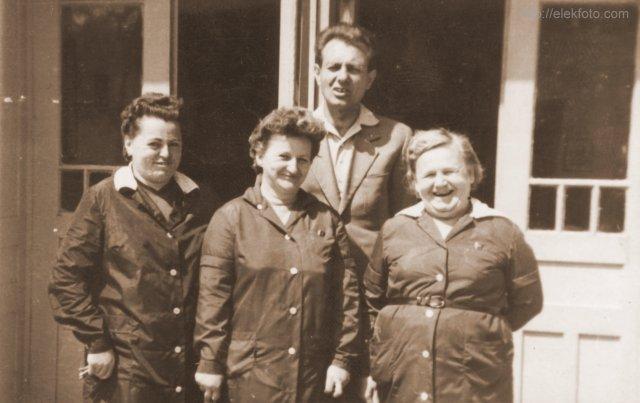 Az eleki mozi egykori dolgozói az épület előtt, körülbelül 1970-ben, balról jobbra: Fröhner Jánosné, Spiegelné, Morár Flórián, Smudla Jánosné