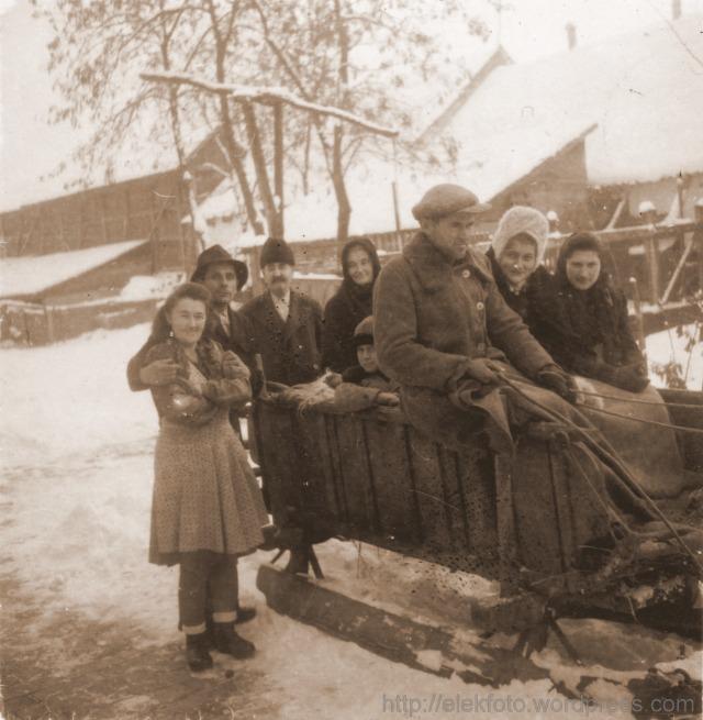 A Singer-Strifler család szánon utazik 1942-ben. A hajtó: Strifler József.