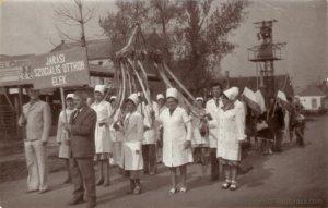 Az eleki szociális otthon doolgozói a május 1-i felvonuláson, 1960 körül