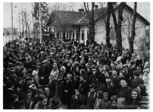 Az eleki vasútállomáson a helybeliek búcsút vesznek az Eleken vendégeskedett vesztfáliai gyerekektől, 1943.