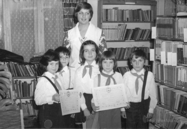Tanulmányi verseny az eleki könyvtárban, 1976-ban. Keresztesi Franciska a diákjaival