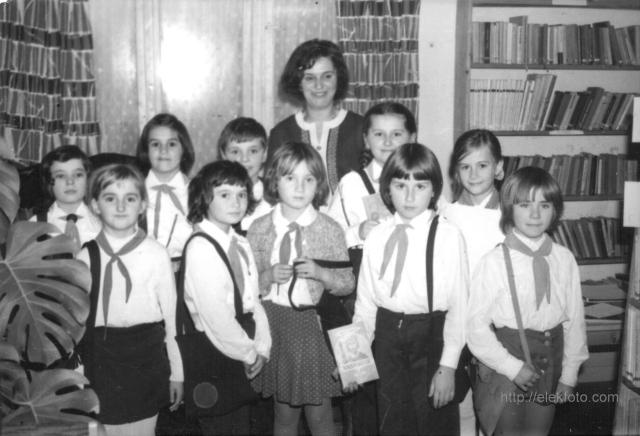 Tanulmányi verseny a könyvtárban - Zsidó Ferencné a tanítványaival 1976-ban.