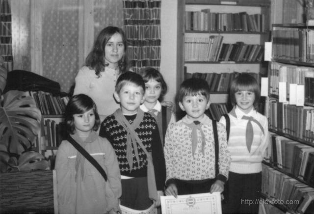 Tanulmányi verseny az eleki könyvtárban 1976-ban; Singer Ilona a tanítványaival
