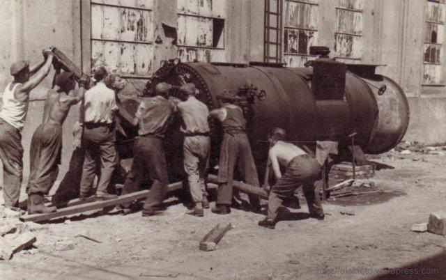 Eleki fiatalok dolgoznak Budapest újjáépítésén 1955-ben
