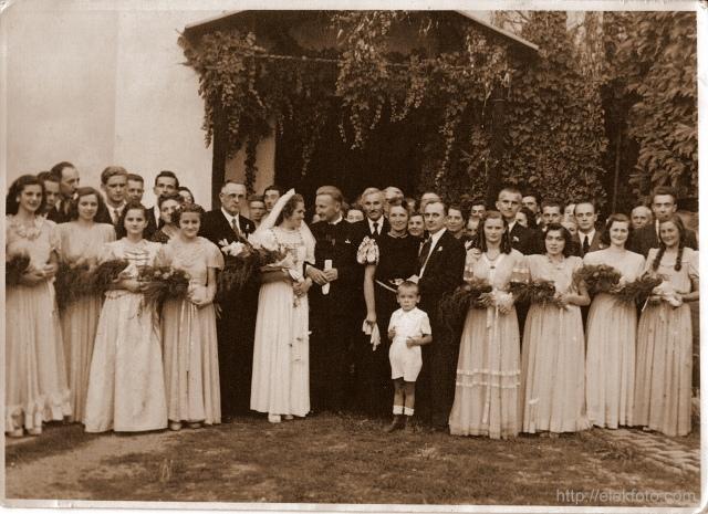 Mester György esküvője 1947-ben, a kétegyházi Almássy-kastély parkjában.