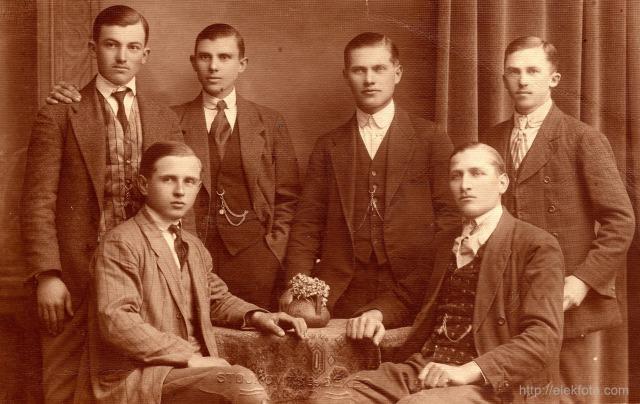 Eleki fiatalemberek 1925 körül. Készült Stojkovics és Békés műtermében, Aradon.