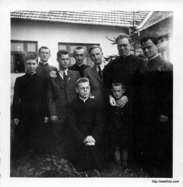 Singer Ferenc és Mester György kollégáik körében, 1947 körül, az eleki általános iskola hátsó udvarán.