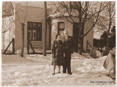 A Mag házaspár házuk előtt, a 60-as évek körül