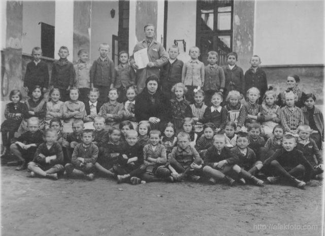 1941 március 26.-án az általános iskola udvarán. Riha Ilonka tanitónő osztályával