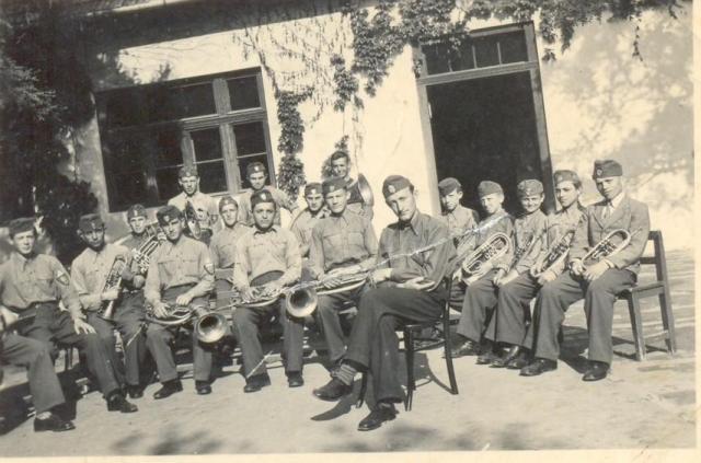 Levente-zenekar az eleki általános iskola épülete előtt,1940 körül