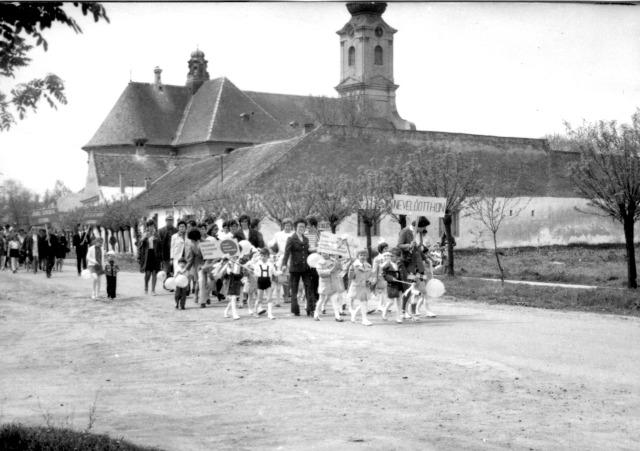 A Gyermeknevelő Intézet csapata halad a József Attila utcán.