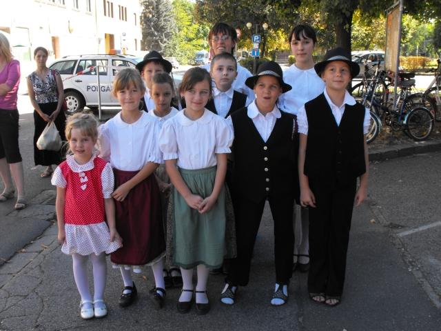 Az eleki német gyermek tánccsoport, mely Nagyné Nádor Gabriella vezetésével működik.