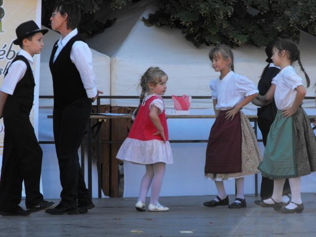 Az eleki német gyermek tánccsoport fellépése a 2012-es Békében Békésben rendezvényen