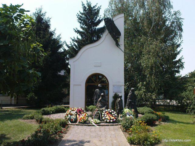 A magyarországi németek kiűzésének emlékműve a koszorúzás után, 2012. augusztus 6., 12: 20 perckor