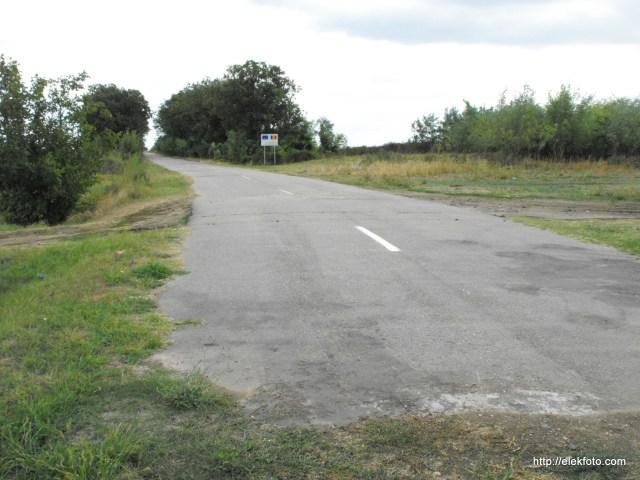 Romániában már jó ideje van szép új út, ami Ottlakára vezet - egyelőre feleslegesen, hisz nem lehet átmenni.