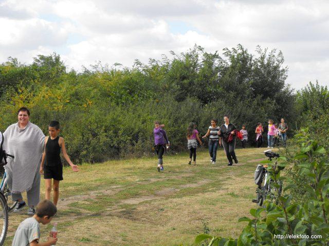 Az iskola 2012. szeptember 20-i sportnapján a diákok a sorompóig futottak. Középen jól látszik a békebeli, eredetileg elég keskeny műút maradványa.