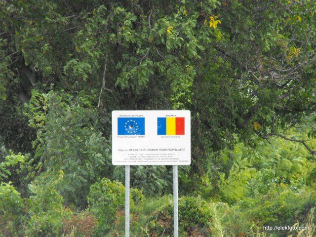 """A """"Határon átmenő utak rehabilitációja"""" táblán valaki céllövő gyakorlatokat tartott - az EU talán nem annyira népszerű..."""