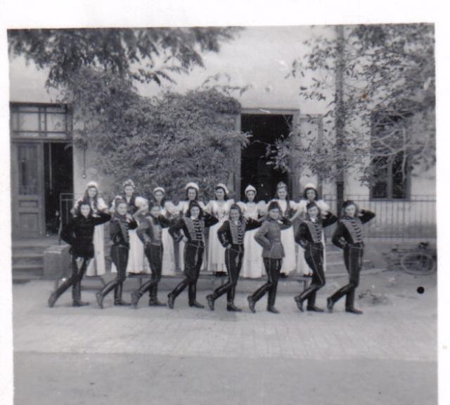 Palotás 1946-ban: Eleki lányok a vasút fennállásának 100. évfordulójának megünneplésére készülnek az eleki Polgári Iskola udvarán.