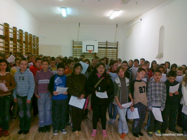 Zajlottak az előkészületek - a felső tagozatosok első közös próbája az iskola kis tornatermében