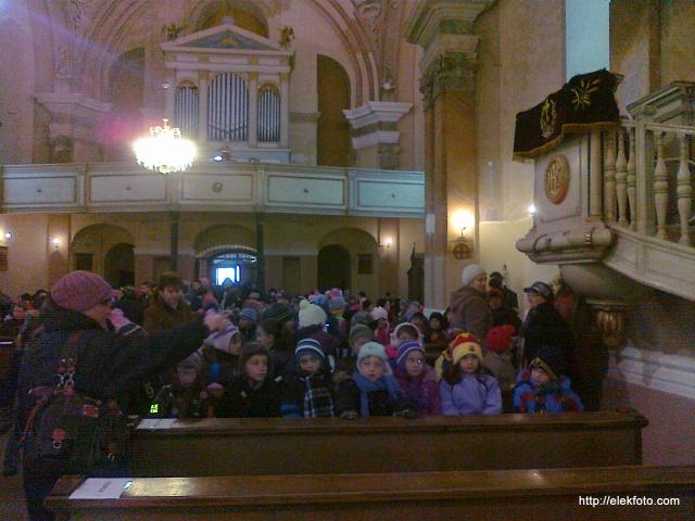 Érkeznek a gyerekek a templomba, akik szereplők és közönség is voltak egyben.