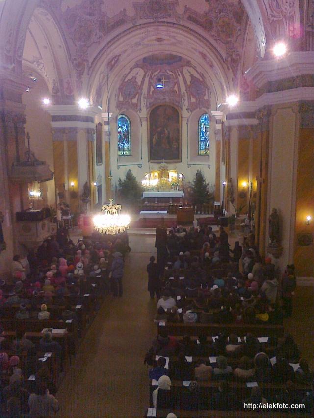 A karácsonyi koncert teltházas sokadalma a kórusról nézve