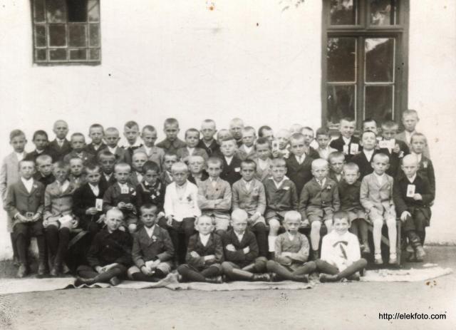 Általános iskolai csoportkép az elsős fiúkról 1930 körül