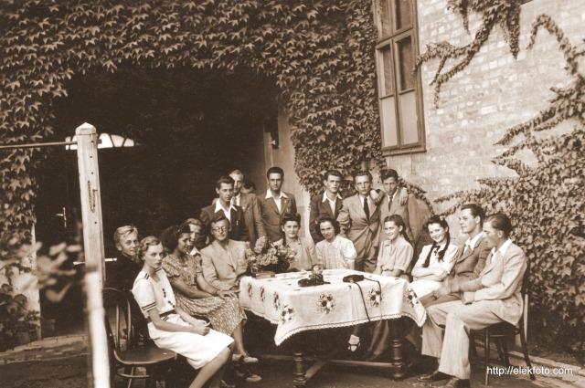 Mulatság a Wild-udvarban, 1942 körül