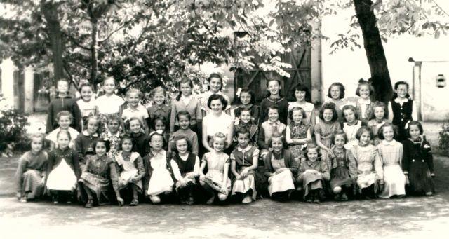 """Schneider Katalin tanítónő az 1957-58-as tanév harmadikosaival - kedves """"nagymamák""""! Ki ismer magára?"""