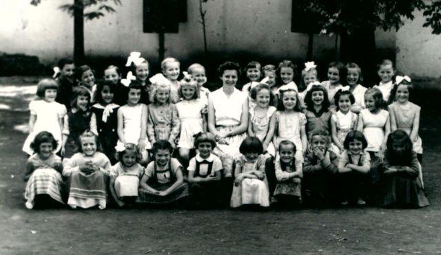 Schneider Katalin tanítónő és az 1959-60-as elsős lányok