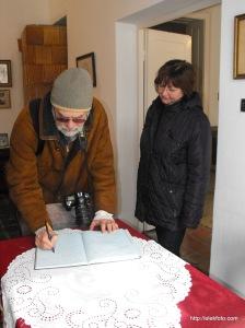 Bejegyzés a vendégkönyvbe - Ráday Mihály és Mészáros Zsuzsa, a Munkácsy-Emlékház művészeti vezetője