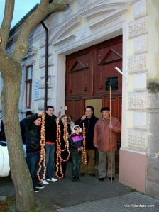 Indulunk a kúthoz a koszorúkkal. A városi kút tojáshéjjal való díszítése ma is élő hagyomány a frank falvakban.
