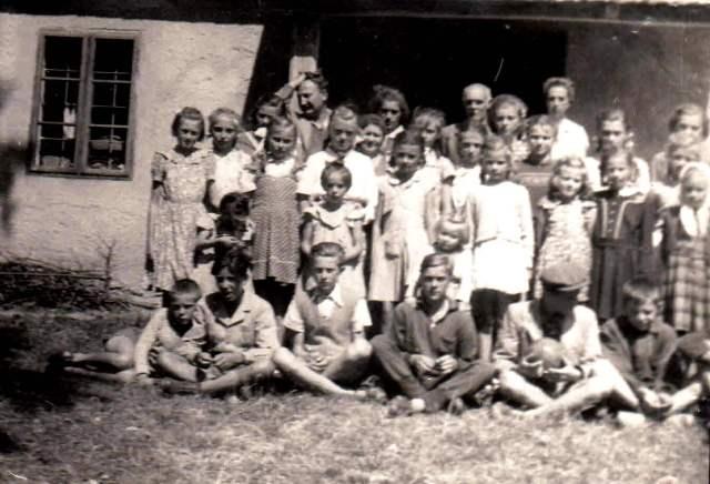 Parádfürdőn nyaraló diákok és tanáraik. A hátsó sorban jobbról Nádor J.Istvánné, Nagy József igazgató, Mester Györgyné, Mester György