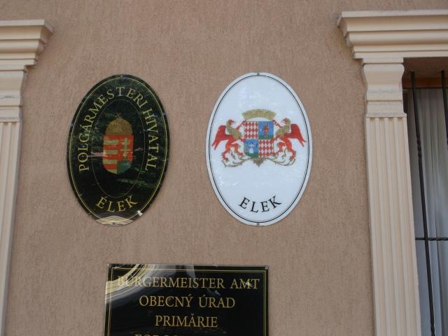 Az eleki címer a polgármesteri hivatalon