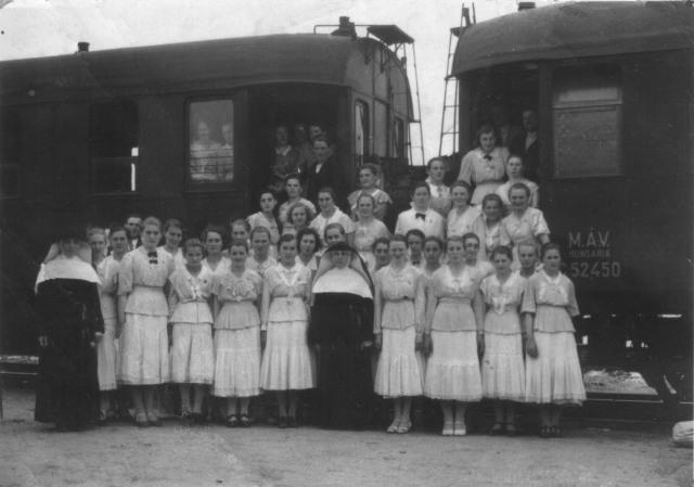 Eleki apácák a vasútállomáson az 1940-es években