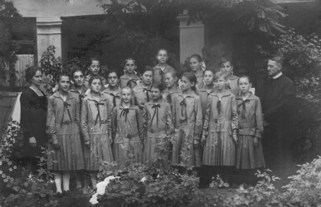 Ünneplőben az iskola udvarán,  jobbra dr.  Csepregi Imre (1876-1854)