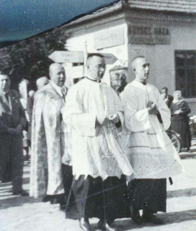 Az egykori eleki községháza mellett halad nak el egy egyházi ünnep résztvevői az 1930-40-es években