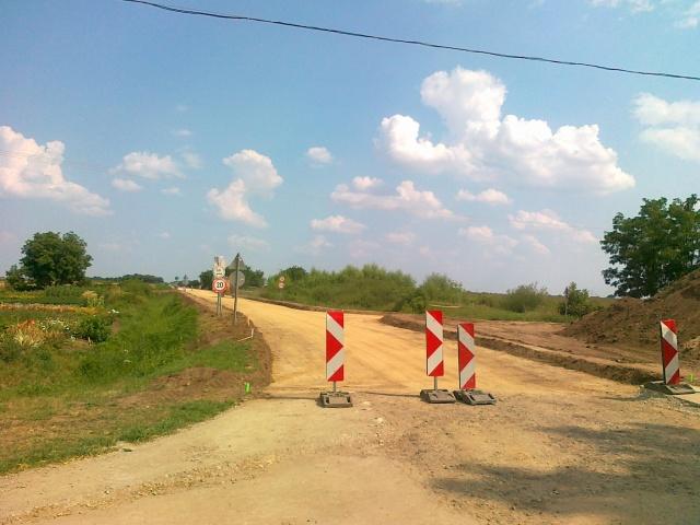 Elek keleti városhatáránál június 19-én simára hengerelt homok jelezte az új út helyét
