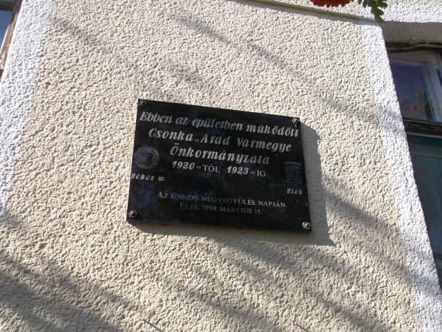 A jeles eseményre utaló emléktábla az épületen már 15 éve!
