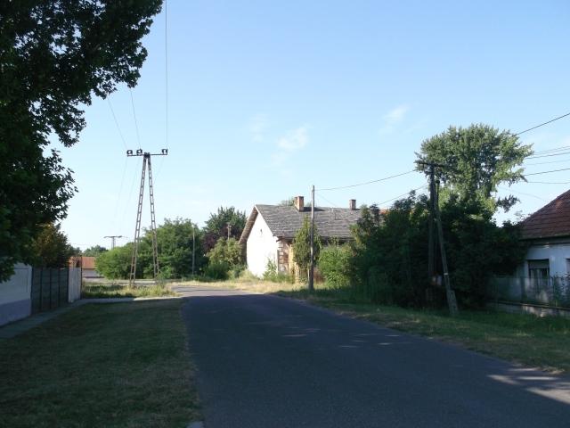 Az egykori eleki vasútállomás távolról nézve 2013 nyarán